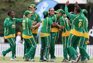 The South Africans celebrate a wicket, New Zealand v South Africa, Group A, women's World Cup, Bradman Oval, Bowral, March 12, 2009