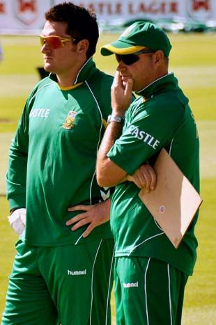 Injured captain Graeme Smith and coach Mickey Arthur plot South Africa's next move, Cape Town, March 17, 2009