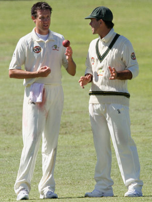 Ricky Ponting has a chat with Bryce McGain, South Africa v Australia, 3rd Test, 2nd day, Cape Town, March 20, 2009