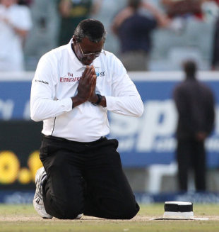 Steve Bucknor prays on the pitch during his final Test, South Africa v Australia, 3rd Test, 4th day, Cape Town, March 22, 2009