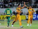 Ricky Ponting celebrates the dismissal of Johan Botha with Mitchell Johnson, South Africa v Australia, 1st ODI, Durban, April 3, 2009