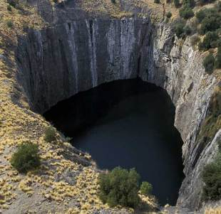 The 'Big Hole' diamond mine, Kimberley, October 1, 1997