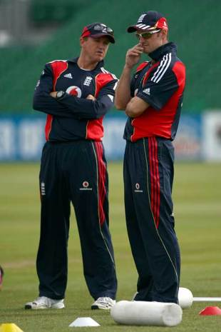 Andy Flower and Andrew Strauss discuss tactics during practice, Bristol, May 23, 2009