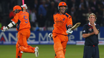 Ryan ten Doeschate celebrates as Stuart Broad sinks to his knees