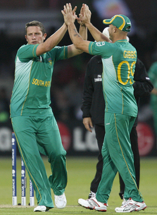 Roelof van der Merwe celebrates Brendon McCullum's dismissal with Herschelle Gibbs, New Zealand v South Africa, ICC World Twenty20, Lord's, June 9, 2009
