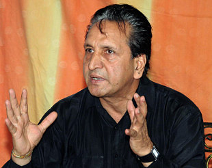 Abdul Qadir speaks to the media after quitting as chairman of selectors, Lahore, June 12, 2009