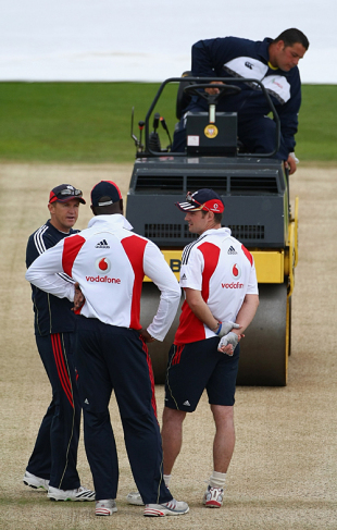 Andy Flower, Ottis Gibson and Andrew Strauss deep in discussion, England v Australia, 1st Test, Cardiff, July 7, 2009
