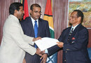 Players' association chief Dinanath Ramnarine shakes hands with board president Julian Hunte, Guyana, July 21, 2009