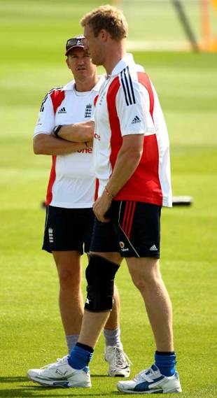 Andy Flower chats with Andrew Flintoff during training, Headingley, August 6, 2009