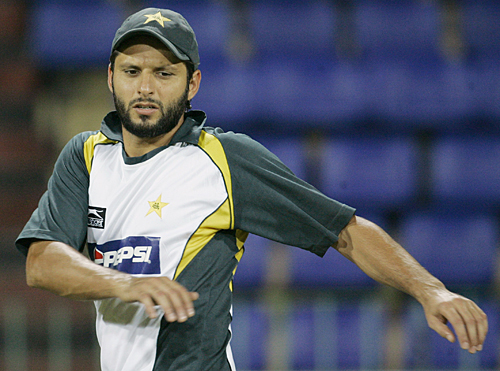 Shahid Afridi goes through the motions at practice