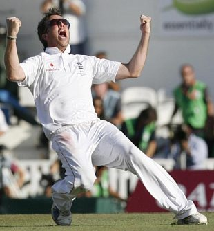 Graeme Swann does a football-style celebration, England v Australia, 5th Test, The Oval, 4th day, August 23, 2009