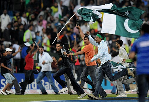 Pakistan fans invaded the field after their team's victory
