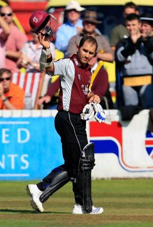 Justin Langer salutes the crowd after his final innings for Somerset, Somerset v Durham, Pro40, Taunton, September 27, 2009