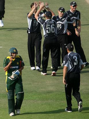 Shane Bond celebrates the dismissal of Younis Khan with his team-mates, Pakistan v New Zealand, 1st ODI, Abu Dhabi, November 3, 2009