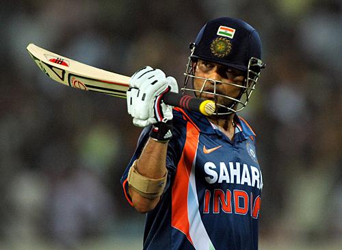 Sachin Tendulkar salutes the crowd