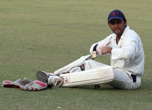 Parthiv Patel takes off his wicketkeeping gloves, Punjab v Gujarat, Ranji Trophy Super League, Mohali, 2nd day, November 25, 2009