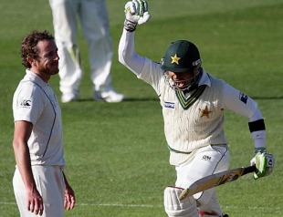 Umar Akmal reaches his hundred, New Zealand v Pakistan, 1st Test, Dunedin, 3rd day, November 26, 2009