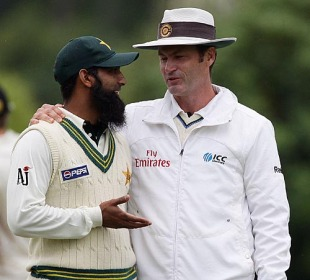 Simon Taufel chats with Mohammad Yousuf after a review, New Zealand v Pakistan, 1st Test, Dunedin, 4th day, November 27, 2009