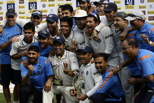 The Indian team and management celebrate going No. 1, India v Sri Lanka, 3rd Test, Mumbai, 5th day, December 6, 2009