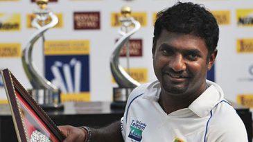 Muttiah Muralitharan receives an award