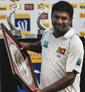Muttiah Muralitharan receives an award, India v Sri Lanka, 3rd Test, Mumbai, 5th day, December 6, 2009