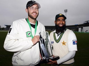 Daniel Vettori and Mohammad Yousuf with the trophy after the series was drawn 1-1, New Zealand v Pakistan, 3rd Test, Napier, 5th day, December 15, 2009