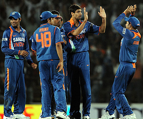 Ashish Nehra and the rest celebrate the fall of Tillakaratne Dilshan