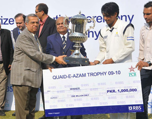 Karachi Blues captain Mohammad Sami with the Quaid-e-Azam Trophy and winner's cheque, Karachi Blues v Habib Bank Limited, Quaid-e-Azam Trophy final, 3rd day, Karachi, December 23, 2009