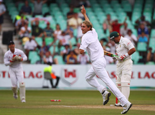 Stuart Broad started a blistering spell after tea by removing Jacques Kallis with one that came back, South Africa v England, 2nd Test, Durban, December 29, 2009