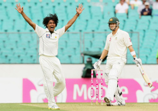 Mohammad Sami appeals unsuccessfully for a hat-trick, Australia v Pakistan, 2nd Test, Sydney, 1st day, January 3, 2010