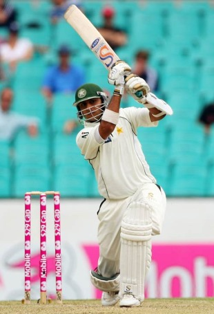 Faisal Iqbal drives straight down the ground, Australia v Pakistan, 2nd Test, Sydney, 2nd day, January 4, 2010