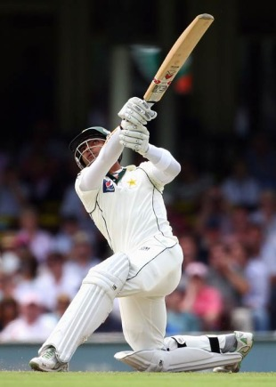 Umar Akmal goes for a slog sweep, Australia v Pakistan, 2nd Test, Sydney, 2nd day, January 4, 2010