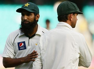 Mohammad Yousuf and Ricky Ponting at the end of the Test, Australia v Pakistan, 2nd Test, Sydney, 4th day, January 6, 2010