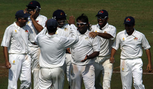 Ramesh Powar celebrates with his team-mates