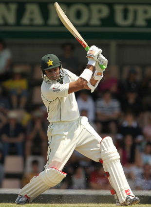 Shoaib Malik swings freely on the way to 58, 3rd Test, Australia v Pakistan, 3rd day, Hobart, January 16, 2010