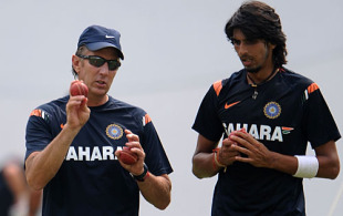 Eric Simons has a word with Ishant Sharma, Nagpur, February 10, 2010