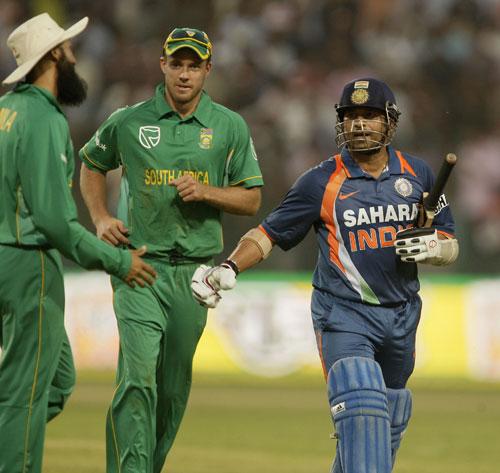 Hashim Amla runs up to congratulate Sachin Tendulkar after his 200
