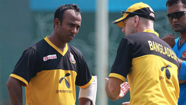 Aftab Ahmed gets a few pointers from Jamie Siddons