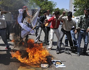 Protesters burn an effigy of Lalit Modi, Ahmedabad, April 24, 2010