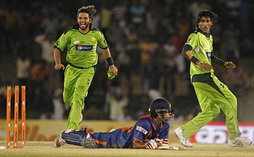 Pakistan celebrate Suresh Raina's run out