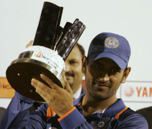 MS Dhoni lifts the Asia Cup, Sri Lanka v India, Final, Dambulla, June 24, 2010