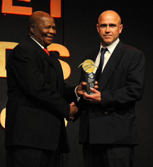 Richard Pybus receives the Coach of the Year 2009 award from Ray Mali, Johannesburg, June 30, 2009