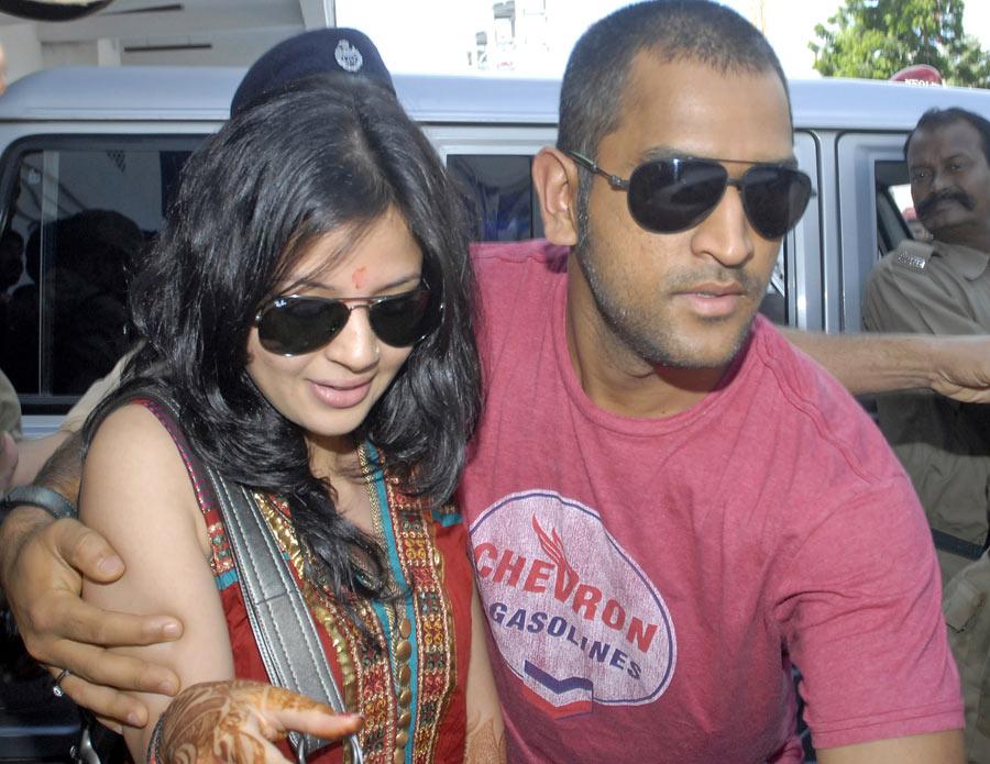 MS Dhoni with his wife Sakshi Rawat in Kolkata