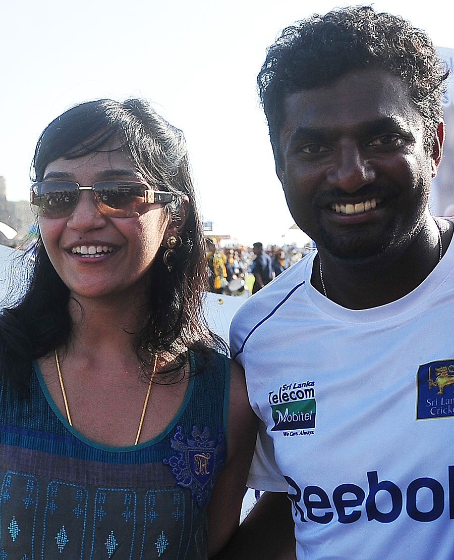 Muttiah Muralitharan poses with his wife Madhimalar