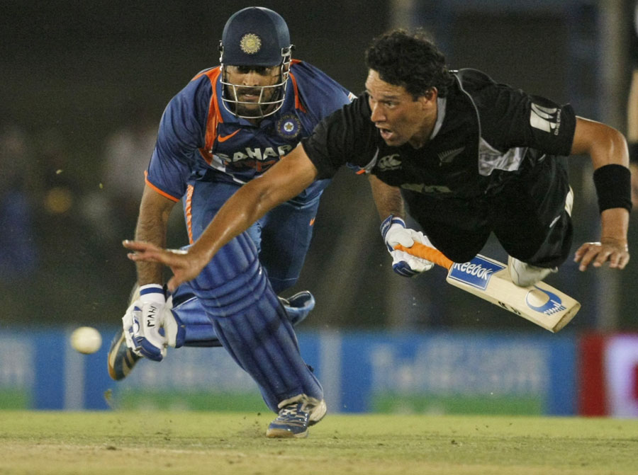 MS Dhoni is run out by Daryl Tuffey