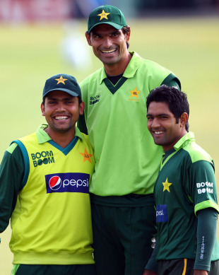 Mohammad Irfan poses with Kamran Akmal and Asad Shafiq during Pakistan's training session, September 9 2010