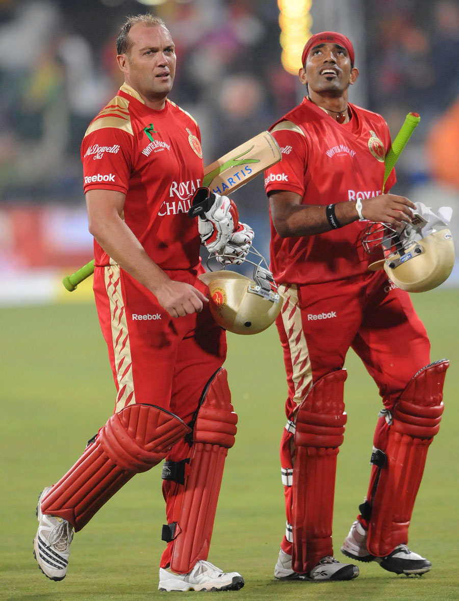 Jacques Kallis and Robin Uthappa walk of after completing the win