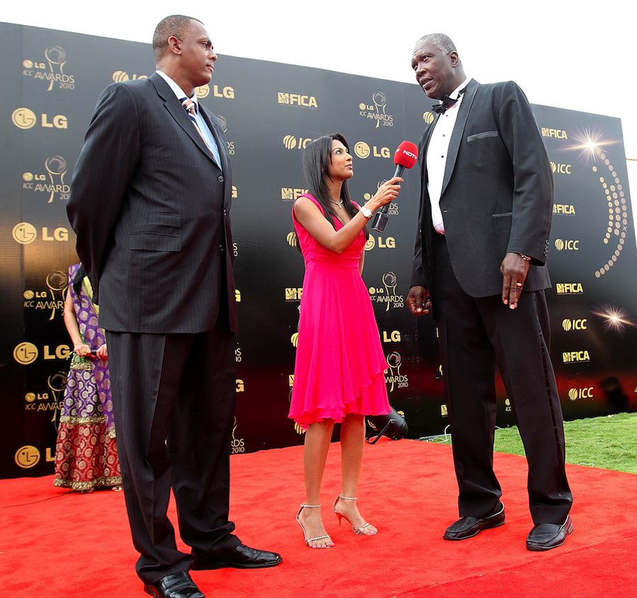 Joel Garner and Courtney Walsh tower over a reporter   Photo   West