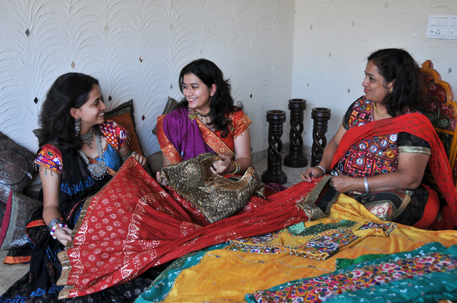 Women dressed in traditional Gujarati clothes and jewelery ...