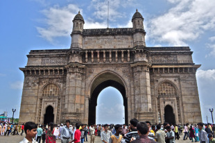 The Gateway of India has a blend of Hindu and Islamic architecture